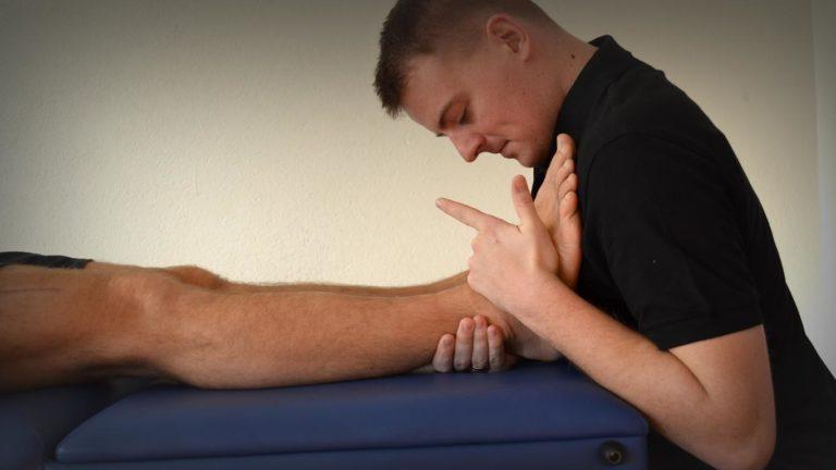 Zdjęcie to przedstawia ocenę oporu końcowego i bólu w odniesieniu do stawów podudzia pacjentki w wieku 25 lat. Ma on duże znaczenie diagnostyczne dla specjalisty, który prowadzi badanie, a jest to fizjoterapeuta sosnowiec. Opory poprawne w tym przypadku to opór po chodzący z więzadeł i torebki stawowej u pacjentki.