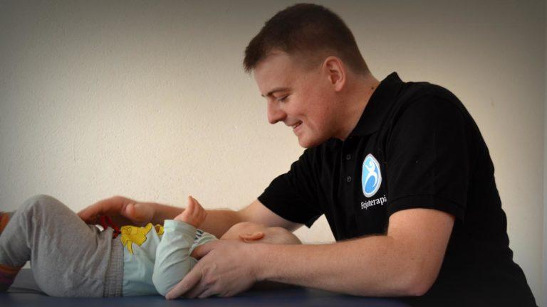 Chłopiec w wieku 4,5 miesięcy poddawany jest badaniu w placówce o nazwie Centrum Fizjoterapii Katowice. Wszyscy pacjenci mogą korzystać z tego typu usług, gdyż to właśnie one pozwolą im na pełny powrót do zdrowia.