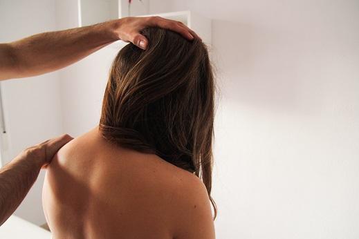 W odniesieniu do tej grafiki Katowice Fizjoterapia zajmuje się diagnozą neurologiczną pacjentki na wczesnym etapie ciąży. Badaniu podlega pień nerwowy w obrębie odcinka szyjnego kręgosłupa.